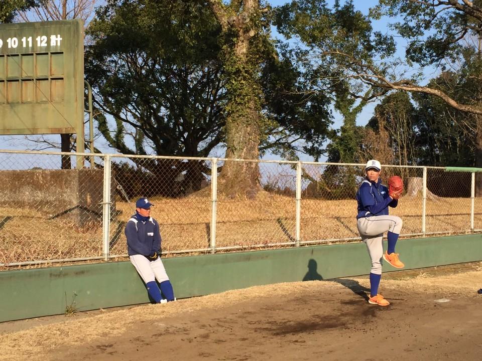 投球動作のチェックをする佐藤(僚)選手と長岡投手コーチ