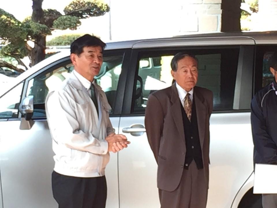 日高町長(写真左)と小玉観光協会長激励