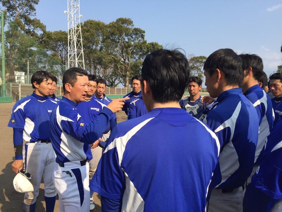 17日(金)紅白戦後ミーティングを行う藤澤コーチ