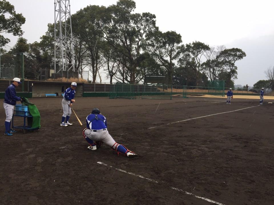20日(月)雨の中ノックをする藤澤コーチ